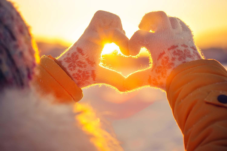 Händer formar hjärta